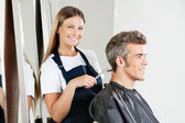 Fryzjer fryzura dając klientowi — Zdjęcie stockowe