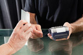 Customer Paying Through Credit Card To Hairstylist — Stock Photo