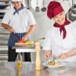 女性シェフの台所で皿を飾り — ストック写真