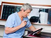 Czytanie medycznych profesjonalny dokument — Zdjęcie stockowe