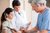 Medico scrivendo appunti — Foto Stock
