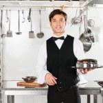 joven camarero con cloche tapa tapa y bandeja — Foto de Stock