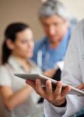 Doktor dijital tablet kullanma — Stok fotoğraf