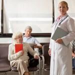 Доктор с в вестибюле больницы — Стоковое фото