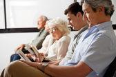 Patients en attente dans le hall d'entrée — Photo