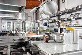 Gebruiksvoorwerpen op teller in commerciële keuken — Stockfoto