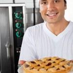 joven chef presentando plato dulce — Foto de Stock