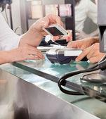 Cliente pago con teléfono móvil con tecnología nfc — Foto de Stock