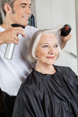 Hairstylist Setting Up Woman's Hair — Stock Photo