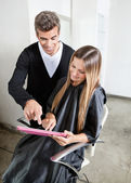 Haarstylist met client met digitale tablet pc — Stockfoto