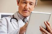 医師デジタル タブレットを使用して — ストック写真