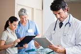 Manliga läkare anläggning digital tablet — Stockfoto