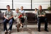 Hastane lobisinde otururken — Stok fotoğraf