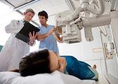 Técnico de configuración de la máquina de rayos x paciente — Foto de Stock