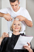 Customer Having Haircut At Parlor — Stock Photo