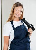 Mujer estilista holding secador de pelo — Foto de Stock