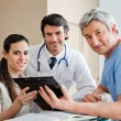 Medical Professionals Standing At Reception - Foto Stock