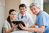 Mediziner stehen an der rezeption — Stockfoto