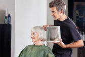 Hairstylist Showing Finished Haircut To Customer At Parlor — Stock Photo