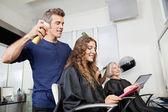 Konfigurowanie klienta włosy fryzjer — Zdjęcie stockowe