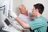 Paciente mirando a la máquina de ultrasonido — Foto de Stock