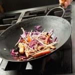 Chef cozinhar legumes no wok — Foto Stock