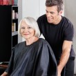 Client With Hairstylist Standing Behind - Foto Stock