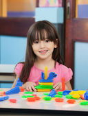 教室での構造のブロックを持つ少女 — ストック写真