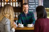酒保给女性朋友在咖啡厅品尝咖啡 — 图库照片