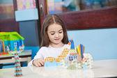Девочка играет с ремеслом в классе — Стоковое фото