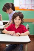 Menino com barro no jardim de infância — Foto Stock