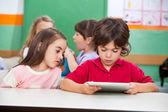 使用数字平板电脑在学龄前的儿童 — 图库照片