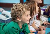 幼稚園で床に横になっている友人を持つ少年 — ストック写真