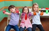 Dziewczyna z przyjaciółmi wyświetlono kolorowe palmy — Zdjęcie stockowe