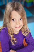幼稚園で笑っている女の子 — ストック写真
