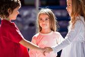 Menina olhando para o amigo enquanto brincava no jardim de infância — Foto Stock