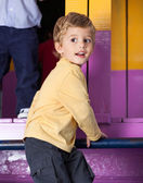 Niño jugando en el jardín de la infancia — Foto de Stock