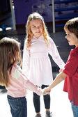 玩耍时手牵着手在学龄前的儿童 — 图库照片