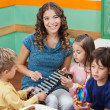 Teacher Playing Xylophone With Students In Preschool — Stockfoto