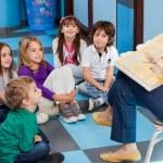 Teacher Reading Story Book To Children — Stock Photo