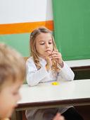 Meisje molding clay in klas — Stockfoto