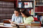 Niñas lectura en biblioteca — Foto de Stock