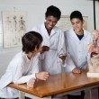 Teacher Teaching Experiment To Male High School Students — Stock Photo