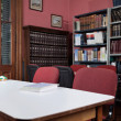 Chairs At Table With Bookshelf In Library — Foto de Stock