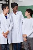 Učitel a chlapci stáli ve vědecké laboratoři — Stock fotografie