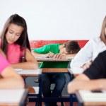 Ученик, спать на в классе — Стоковое фото