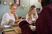 Giovani amici femminili avere cibo insieme — Foto Stock