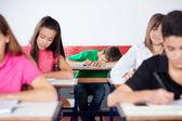 élève de sexe masculin dormir sur la salle de classe — Photo