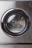 Waschmaschine mit schaum auf frontlader — Stockfoto