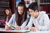 Amies adolescentes étudient ensemble au comptoir — Photo